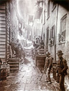 Jacob Riis Bandits' Roost, Mulberry Street [New York], 1888 photo by Jacob Riis. Considered one of the most crime-ridden and dangerous area of New York City. Vintage Pictures, Old Pictures, Old Photos, Vintage New York, Fotografia Social, Mulberry Street, Victorian London, London History, Slums