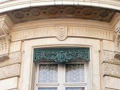 Les façades grenobloises présentent deux particularismes qui sont d'ailleurs étroitement liés : une absence quasi générale de volets extérieurs et la présence de pièces de métal ouvragé, dénommées lambrequins, ornant le linteau des fenêtres, présence qui intriguent souvent les visiteurs et touristes.