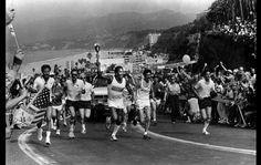 OJ Simpson carrega a tocha olímpica em 1984. Nichole Brown, a esposa que ele assassinou, pode ser vista no lado esquerdo.