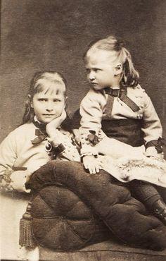 Alix and Marie of Hesse Queen Victoria Children, Queen Victoria Family, Victoria And Albert, Victoria's Children, Vintage Children, Reine Victoria, Alexandra Feodorovna, Princess Alice, Victorian Photos