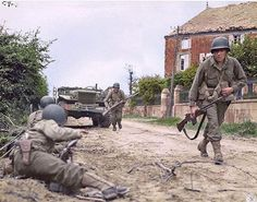 American soldiers of Infantry Division during an attack on the Bolleville road, just north west of La Haye Du Puis in Normandy. Battle Of Normandy, D Day Normandy, Normandy Invasion, Normandy France, Military Photos, Military History, Tiger Ii, History Online, War Photography