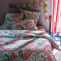 This cheerful and colourful paisley print creates a hippy-chic feel  - Quality & Value for the quality of its densely woven fabric 100% cotton (57 threads/cm²). The higher the thread count, the higher the quality of the weave. - Envelope-style opening. - Washable at 60°.  The Oeko-Tex® label guarantees that the items tested and certified do not contain any harmful substances that could be detrimental to health.  Size to order: 140 x 200 cm (Single) 200 x 200 cm (Double) 240 x 220 cm (King)…