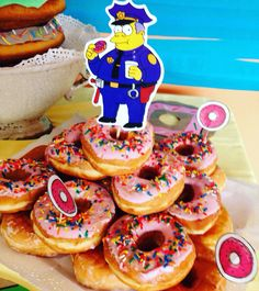 Pink sprinkled donuts from any donut shop and Homer or chief wiggems printable glued to a scewer and stuck in a donut is an awesome display! Simpsons Cake, Simpsons Party, The Simpsons, Birthday Party Snacks, 50th Party, Birthday Party Invitations, Birthday Ideas, Different Cakes, Sweet 16 Birthday