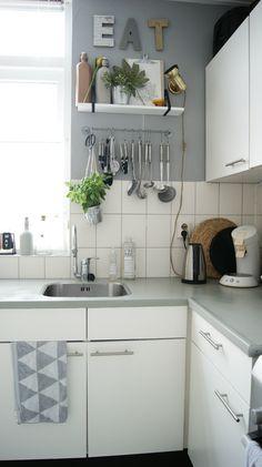 Al een tijdje vond ik mijn keukenblok een doorn in het oog. De beigekleur paste gewoonweg nietbij de stijl vande rest van mijn huis. Ik wilde iets anders, het liefst een hele nieuwe keuken natuurlijk maar ja het is een huurhuis en om daar dan weer een hele nieuwe keuken in te zetten?!  Nee,…