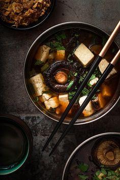 So geht Miso Suppe! Ein schnelles und einfaches Rezept für alle Freunde der traditionellen, japanischen Miso Suppe.