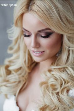 Drop-Dead Gorgeous Wedding Hairstyles for a Wavy Look Wavy Wedding Hair, Wedding Hair And Makeup, Wedding Beauty, Wedding Hair Accessories, Makeup Looks For Green Eyes, Natural Makeup Looks, Blue Eye Makeup, Pastel Makeup, Glitter Makeup