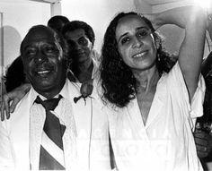 Rio de Janeiro (RJ), Out 1985. Show de Maria Bethânia, no Canecão, em Botafogo. Na foto, Zé Keti e Maria Bethânia. Atrás, Paulinho da Viola (via Samba de Raiz / Facebook)