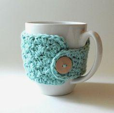 Learn to Crochet - 7 Fun, free crochet patterns for beginners! I like the mug cozy! Mode Crochet, Crochet Gratis, Crochet Mug Cozy, Knit Crochet, Double Crochet, Crochet Stitches, Yarn Projects, Crochet Projects, Crochet Ideas