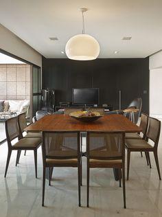 Funcionalidade e conforto. Veja: http://www.casadevalentina.com.br/projetos/detalhes/voltado-para-o-living-603 #decor #decoracao #interior #design #casa #home #house #idea #ideia #detalhes #details #style #estilo #casadevalentina #diningroom #saladejantar