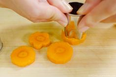 Japanese cooking has many cutting techniques, here is how to cut carrots into flower shape with cookie cutter Bento Recipes, Cooking Recipes, How To Cut Carrots, Easy Japanese Recipes, Japanese Chef, Japanese Flowers, Cooking School, Flower Shape, Cute Food