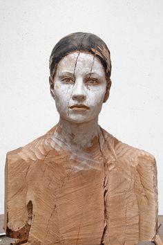 Bruno Walpoth, una forma de tallar aparentemente inconclusa para este busto en madera