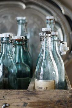 Les bouteilles de boissons gazeuses en verre coloré et leurs bouchons en céramique.