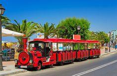Электромобиль в стиле ретро в курортном городе. (Греция, Ретимно)