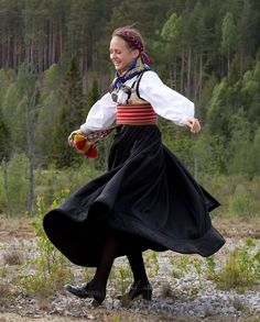 Bilderesultat for beltestakk hjul Hippy Fashion, Folk Fashion, Costume Patterns, Everyday Dresses, Folk Costume, Summer Outfits Women, Traditional Dresses, Costume Design, Norway