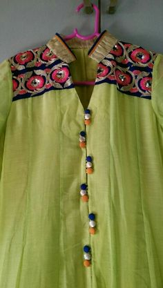 and that buttons style.makes it diff loose and smart pleats looks very comfty Salwar Designs, Kurti Neck Designs, Dress Neck Designs, Blouse Designs, Kurti Styles, Kurti Patterns, Neckline Designs, Indian Designer Wear, India Fashion