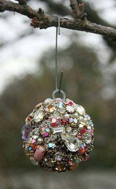 Tips to renew your Christmas spheres - Tips to renew your Christmas spheres - Jewelry Christmas Tree, Decoration Christmas, Jewelry Tree, Christmas Ornaments, Xmas, Diy Ornaments, Beaded Ornaments, Felt Christmas, Homemade Christmas