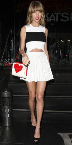 March 2015 Taylor Swift hit the town with friends in a black paneled crop top with a white pleated skater skirt. The finishing touches? A sweet heart-stamped purse, her signature red lip, and black peep-toes. Taylor Swift Legs, Taylor Swift Outfits, Taylor Swift Style, Taylor Alison Swift, Red Taylor, Teyana Taylor, Look Fashion, Fashion Outfits, Spring Fashion