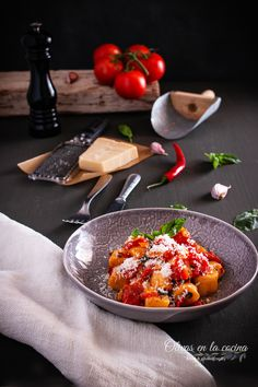 Albóndigas de ricotta con salsa de tomate y albahaca Cupcakes, Albondigas, Pasta, Tomato Basil Sauce, Sauces, Recipes, Rice, Traditional Kitchen, Homemade