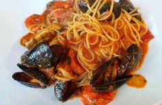 Un sugo piccante al sapore di mare con cozze e vongole arricchisce questo primo piatto di spaghetti