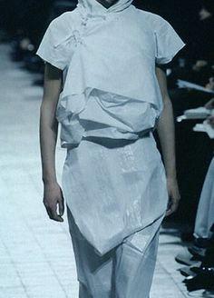 Junya Watanabe -- s/s 1998 với phong cách giống Yohji Yamamoto. tạo nên những trang phục ngẫu hứng không theo xu hướng nào với những nếp gấp tự nhiên