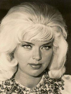 A mid shot of Diana. Diana Dors, British Actresses, Hollywood Actresses, 1950s Movie Stars, Famous Women, Vintage Hollywood, Timeless Beauty, Bombshells, Marilyn Monroe