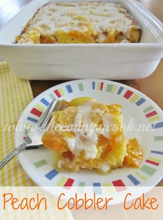 Peach Cobbler Cake: I definitely reccommend this dessert. It is so delicious! It taste less sweet than regular peach cobbler and is more fluffy with the cake layer. Party Desserts, Just Desserts, Delicious Desserts, Yummy Food, Fun Food, Peach Cobbler Cake, Fruit Cobbler, Peach Cake, Apple Cobbler
