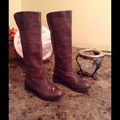 """Steve Madden tall boots  ❤️❤️ Gorgeous Steve Madden size 7.5, 16 inch shaft, leather tall boots, distressed taupe brown color. In good used condition lotsa life in these sexy babies❤️❤️❤️ Please check out my closet  MissLela has your ❤️ ❤️ """"BundleLove """"❤️ ❤️ Steve Madden Shoes Heeled Boots"""