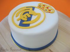 FiestaGourmet: Tarta Real Madrid Bolo Real Madrid, Brithday Cake, Sport Cakes, Cupcake Cookies, Cupcakes, Cakes And More, I Love Food, Dessert Table, Bakery
