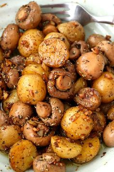 Pan Roasted Garlic Mushroom And Baby Potatoes. A buttery dish of pan-roasted Garlic Mushroom and Baby Potatoes with herbs. So simple and very easy to make with elegant results that make for a delicious side or appetizer. Side Dish Recipes, Veggie Recipes, Vegetarian Recipes, Cooking Recipes, Lunch Recipes, Garlic Recipes, Food Recipes For Dinner, Healthy Side Recipes, Cooking Ware