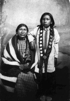 Жена Red Cloud's - Pretty Owl (Pretty Woman), ака Mary Good Road, ака Lean Woman (1835-1940). Она была дочерью Hollow Bear и Good Owl. У Pretty Owl и Красного Облакa было четыре или пять дочерей и сын.