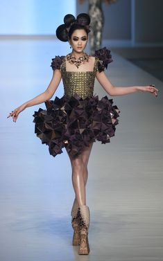 Guo Pei Photo - Hong Kong Fashion Week 2010 LOVE LOVE LOVE. Probably one of my favourite pieces of all time.