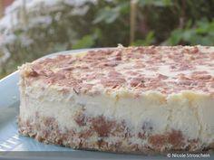 Ich habe es schon einmal angedeutet: Für mich gibt es nichts köstlicheres als einen cremigen Cheesecake. Heute habe ich ein unglaublich leckeres Rezept für dich. Mit weißer Schokolade und einer leicht zitronigen Note. Außerdem verrate ich dir ein Geheimnis: Die interessante Kombination mit den zerstoßenen Keksen am Boden und oben auf dem Kuchen ist aus Versehen entstanden :)