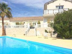 Le Villa Colombier est un établissement climatisé situé à Fréjus, à 21 km de Saint-Tropez et à 26 km de Cannes.