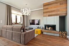 Dom w Wysokiej. Salon z kominkiem naszego projektu, wykończonym drewnem i betonem. #interior #design #livingroom #fireplace #concrete #beige #doimosalotti #artecubo #wroclaw