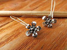 Silver Flower Earrings. Silver Daisy Earrings. por PuntoPausa