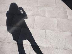 """""""Fotografía sin rostro"""" En la imagen no se muestra el rostro debido a que el personaje que aparece en ella sólo se muestra como una sombra, una silueta que puede ser cualquier persona que transita un lugar, que va de viaje y de paso. Sólo se jugo un poco con la luz."""