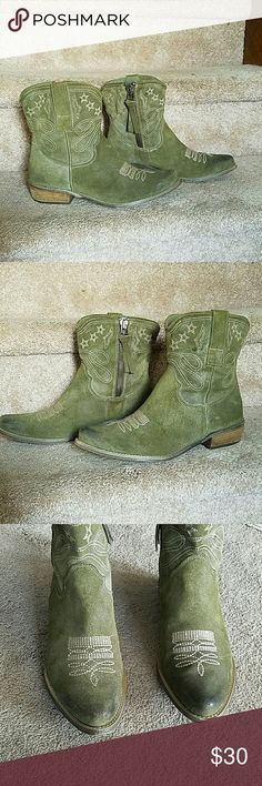 Kick Ass Olive Green Suede Cowgirl Boots Size 7.5 Boutique 9 'Jolisa' Olive Green Genuine Suede Leather Cowgirl Boots. Size 7.5. Ankle length boots with pointed toe. 1.5in stacked heel height. 5.5in total height (not including heel). Crafted from unlined suede for a vintage look. Features classic cream colored Western style topstitching details. Inner zipper closure. In great condition! Some very slight wear at toes, adds to the classic western style. Feel free to ask questions. MAKE AN…