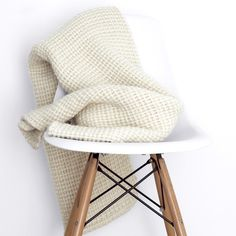 Meet our thickest, coziest blanket yet. Hand-loomed using a chunky yarn made of pure sheep's wool, it's super soft and extremely warm.