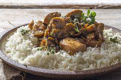 Κοτόπουλο αλά κρεμ από τον Άκη Πετρετζίκη. Ζουμερές και νόστιμες μπουκιές κοτόπουλου με μανιτάρια και κρέμα γάλακτος για να τις συνοδεύσετε με ρύζι ή ζυμαρικά!
