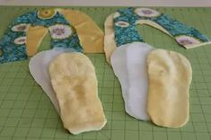 Como hacer pantuflas de tela Fabrics, Totes, Make Shoes, Bedroom Slippers, Sewing Patterns, Fashion For Girls, How To Make, Crafts