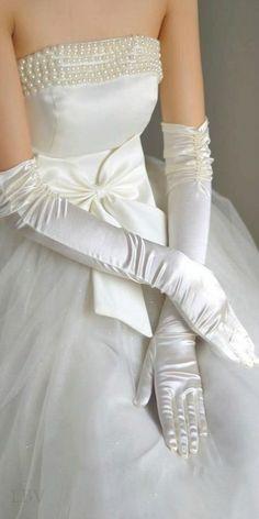 これぞロイヤルウエディング!サテンのロンググローブ♡ おしゃれな結婚式用グローブまとめ。ウェディング・ブライダルの参考に☆