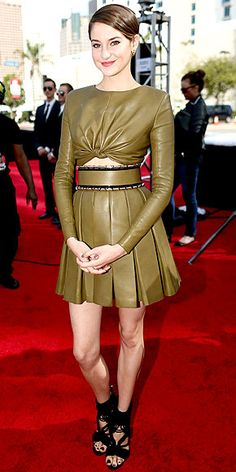 Shailene Woodley diverges (sorry, had to) from her typically understated style to don an olive-green abs-baring pleated mini, chunky, strappy sandals and David Yurman hoops. http://www.peoplestylewatch.com/people/stylewatch/gallery/0,,20806408_30136600,00.html