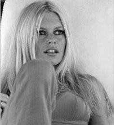 brigitte bardot and hair wind beautiful Bridgitte Bardot, Saint Tropez, Bardot Hair, Ancient Beauty, Looks Black, French Actress, Julie, The Bikini, Classic Beauty