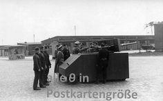 5 cm Kampfwagenkanone 38 L/42 (5 cm Kw.K. 38 L/42)  De jeunes soldats dans une Panzerschule apprennent le maniement et le tire à l'aide d'un 5 cm L/42 monté dans une structure mobile (non motorisée) destinée à reproduire le puits de tourelle d'un Panzer III. Trois Panzerschützen expérimentés servent d'instructeurs, en plus des officiers présents sur ce cliché.   A l'arrière-plan droit, on peut justement voir un Fahrschulepanzerwagen III.