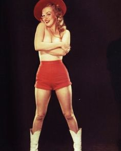 Laszlo Willinger - Marilyn Monroe - 1948 - posing for pin up photos to strengthen her new Marilyn Monroe image Marilyn Monroe Photos, Marylin Monroe, Earl Moran, Pin Up Posters, Sexy Cowgirl, Norma Jeane, Pin Up Girls, American Actress, My Idol