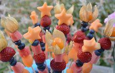 Fruchtspieße! Kann man sehr gut vorbereiten, im Kühlschrank aufbewahren und nach dem Grillen die Gäste überraschen! Sehen super aus und schmecken irre lecker!
