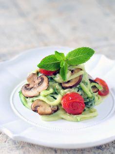 Glutenvrije en vegetarische pasta gemaakt van courgette! Courgette pasta dus, met een heerlijk romige en voedzame saus van avocado, limoen, munt en pijnboompitten