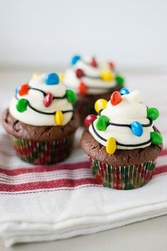 Christmas Light Cupcakes: Your Holiday meal should shine all the way through to dessert. Make these cute decor-inspired cupcakes and we promise you'll be feeling the Christmas spirit. (These lights are edible—mini M&Ms do the trick. Christmas Party Food, Christmas Sweets, Christmas Cooking, Christmas Goodies, Christmas Lights, Christmas Christmas, Christmas Chocolate, Xmas Food, Christmas Baking For Kids