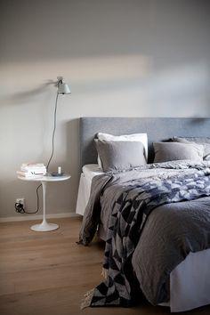 Tikkurila Laasti, makuuhuone, topattu sängynpääty, Interface sängynpääty, pellavalakanat, Eero Saarinen Decor, Furniture, Room, Interior, Home, Dream Bedroom, House Styles, Master Bedroom, Bedroom