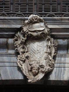 Cartela con el Escudo del Arzobispo que subvencionó las obras del Palacio, José F. Lasso de Castilla. Detalle de la fachada del Palacio Episcopal de Málaga.